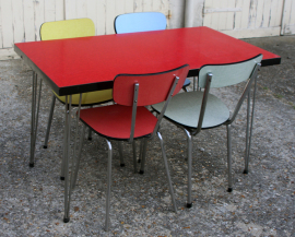 Table formica rouge pieds eiffel, chaises formica vintage