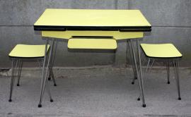 Petite table pieds eiffel, vers 1950, tabourets, jaune