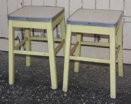 Tabourets formica, aluminium, pietement en bois