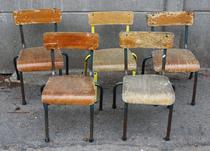 Lot chaises d'écolier en bois et métal