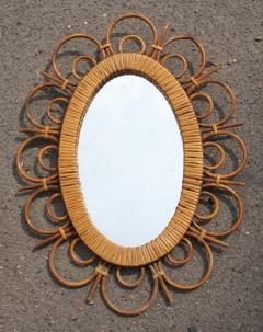 """Miroir soleil, style """"fleur"""", en rotin des années 60."""