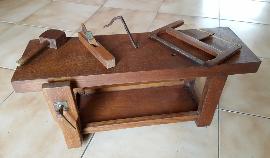 Petit établi de bois avec outils anciens, vintage