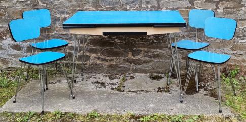 Ensemble table chaises formica bicolor jaune corail, pieds eiffel, années 70