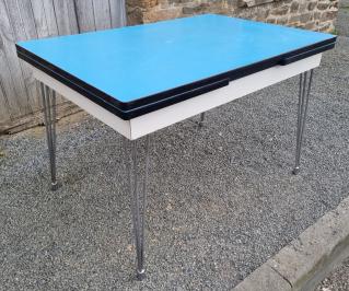Ensemble table chaises formica bicolor gris rouge, pieds eiffel, années 50