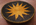 panier tressé africain tribal ethnique pour décoration murale, soleil ocre jaune sur fond noir